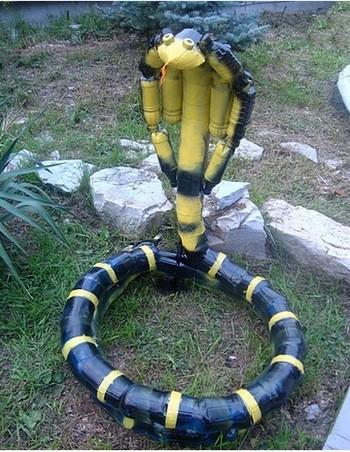 Змея кобра из пластиковых бутылок