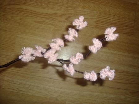 Красивая веточка цветов из ниток