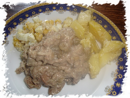 Печень куриная в сметанном соусе с грибами